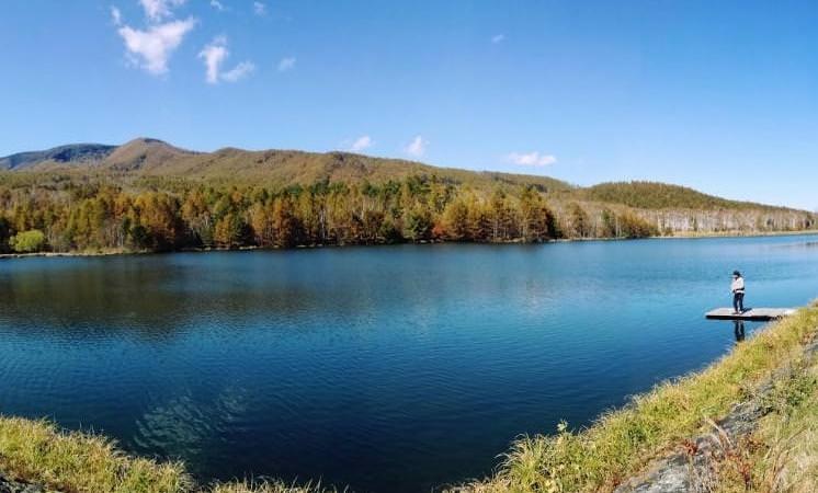 八千穂レイク(写真)、駒出池キャンプ場、乙女の滝など美しい自然に恵まれている佐久穂町